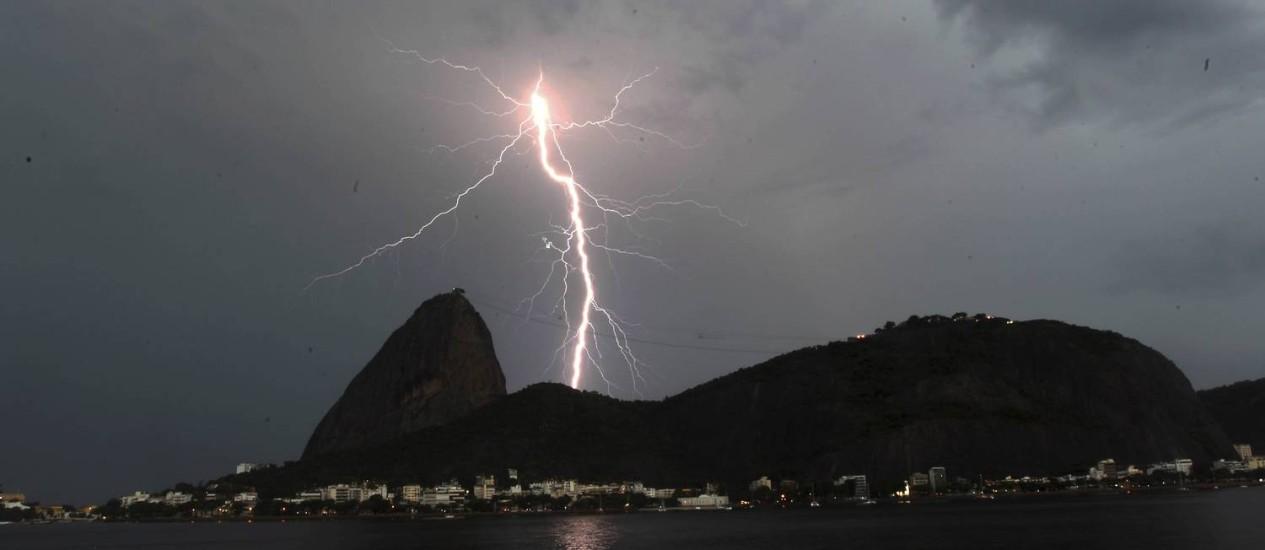 Chuva de raios atinge ponto turístico da cidade do Rio Foto: Domingos Peixoto / O Globo