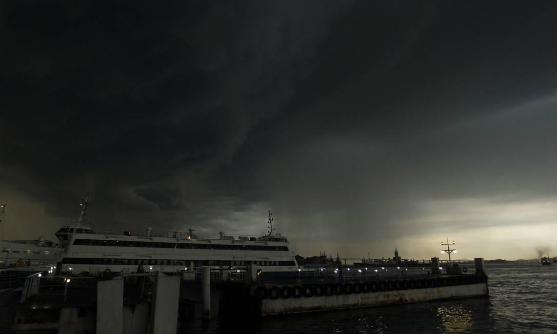 Nuvem negra se aproxima do Centro do Rio; a foto foi tirada da Praça Quinze Marcelo Carnaval / O Globo