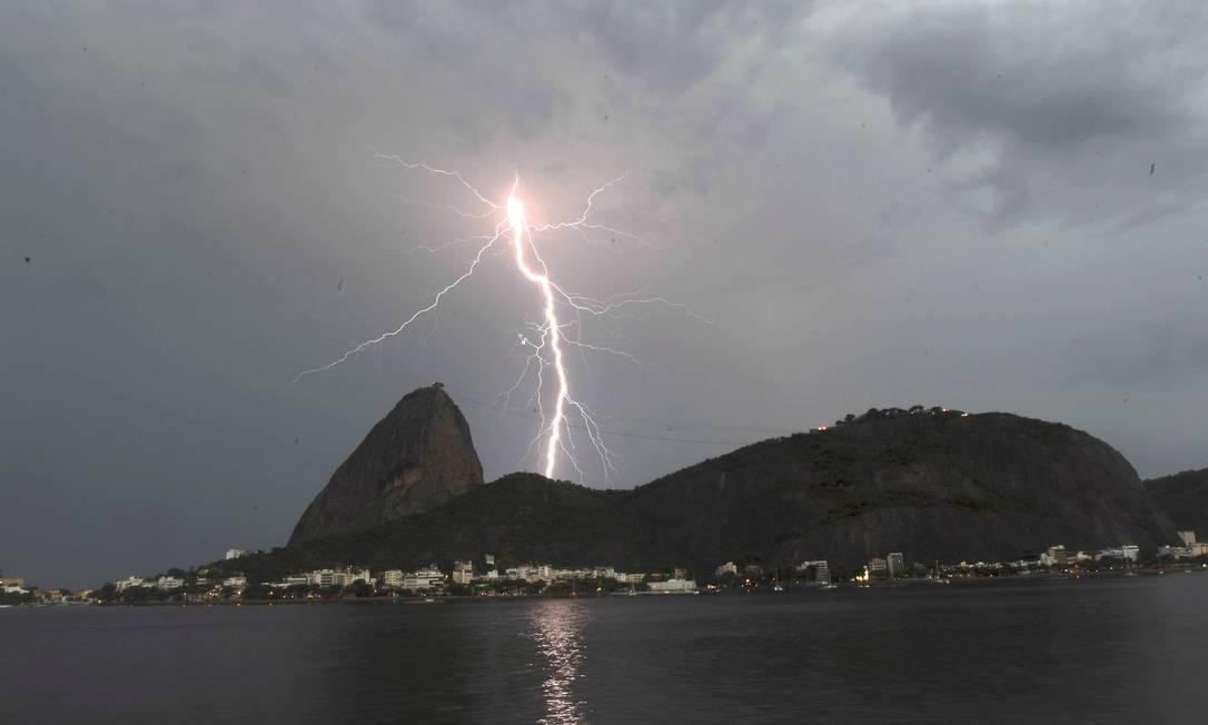 Chuva de raios atinge ponto turístico do Rio Domingos Peixoto / O Globo