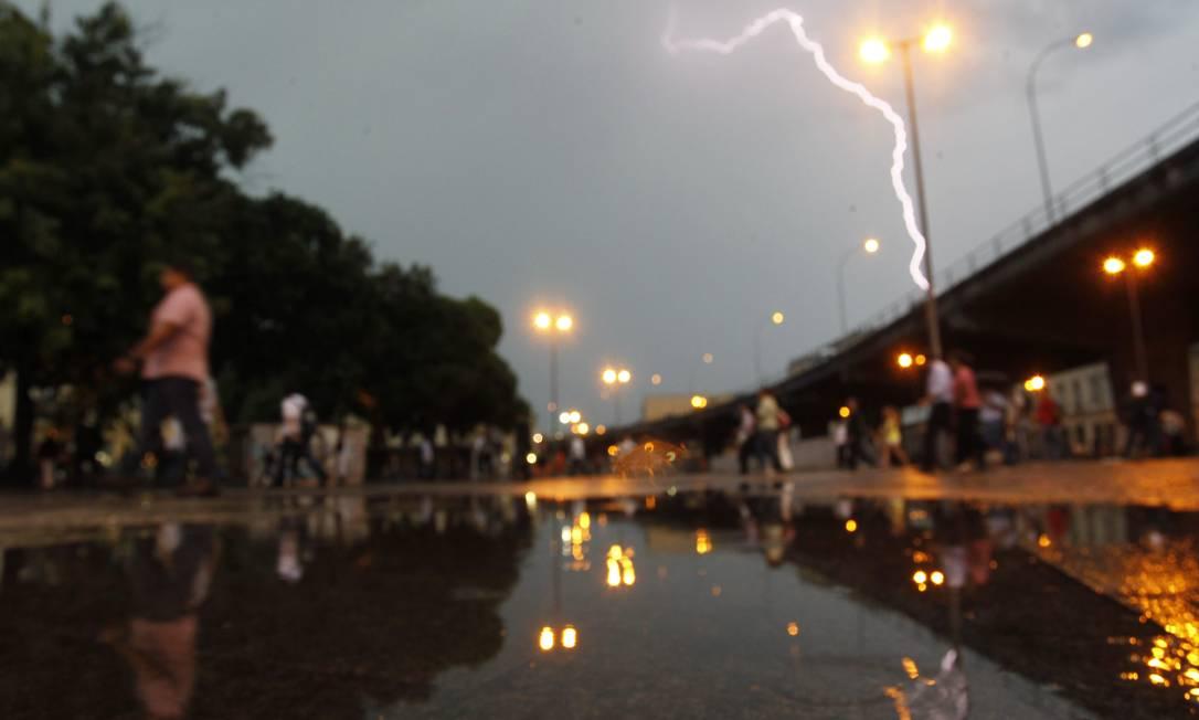 Chuva e raios atingem o Centro do Rio Marcelo Carnaval / O Globo