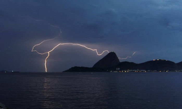 A chuva de raios pôde ser vista em vários pontos do Rio Marcelo Carnaval / O Globo