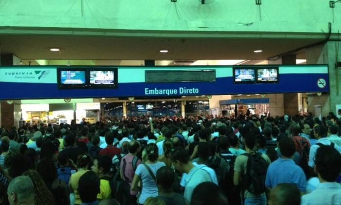 O embarque em trens na estação Central do Brasil foi suspenso por cerca de 35 minutos, após descargas elétricas atingirem o sistema ferroviário; na foto, a confusão no embarque de passageiros Rennan Setti / O Globo