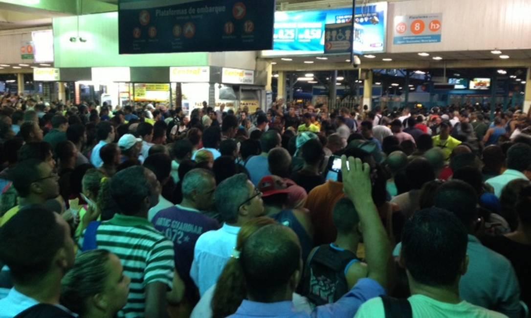 A Central do Brasil foi reaberta para passageiros às 18h25m, e a circulação de trens foi retomada gradualmente após o problema com a luz durante a chuva Rennan Setti / O Globo