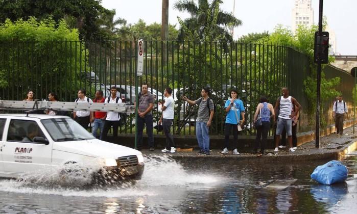 Motorista enfrenta bolsão d'água na Avenida Presidente Vargas após chuva forte que atingiu o Rio Pablo Jacob / O Globo