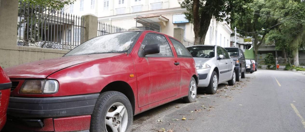 Indesejado. Carro com pneu arriado na Rua Pereira da Silva, em Laranjeiras Foto: Fabio Rossi / O Globo