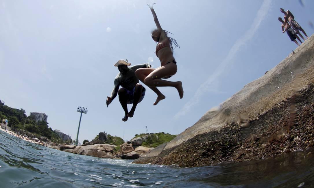 Jean Carlos e Raquel mergulham no Arpoador Foto: Marcelo Piu / O Globo
