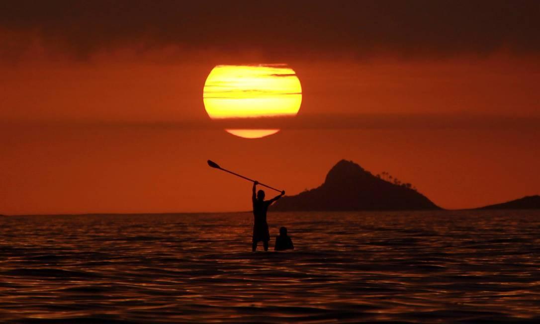 Pôr do sol visto do Arpoador Foto: Marcelo Piu / O Globo