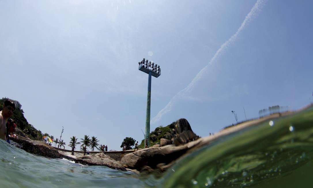 As pedras do Arpoador vistas do mar Foto: Marcelo Piu / O Globo
