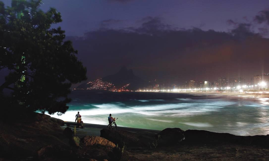 Praia do Arpoador na madrugada Foto: Custodio Coimbra / O Globo