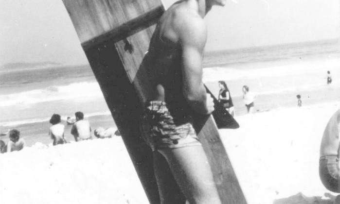 Arduíno Colassanti pronto para o surfe no Arpoador no início dos anos 1960 Divulgação