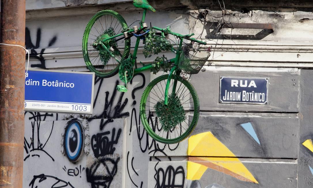 De rodas para o ar. Bicicleta pendurada junto ao muro do Jockey: versões conflitantes Foto: Daniela Dacorso / O Globo