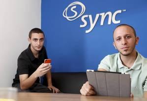 Renan Protector, de 20 anos, e Gabriel Vincent, de 19 anos, trabalham numa empresa de aplicativos Foto: Camilla Maia / Agência O Globo
