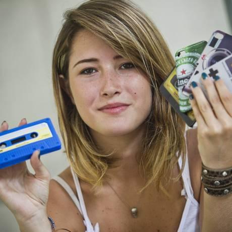 Cada gadget diz muito sobre a personalidade de seu dono. Gabriela Côrte Real, estudante de Comunicação da PUC, coleciona capinhas de celular: são mais de dez. A favorita do momento imita uma fita cassete Foto: Guito Moreto / Agência O Globo