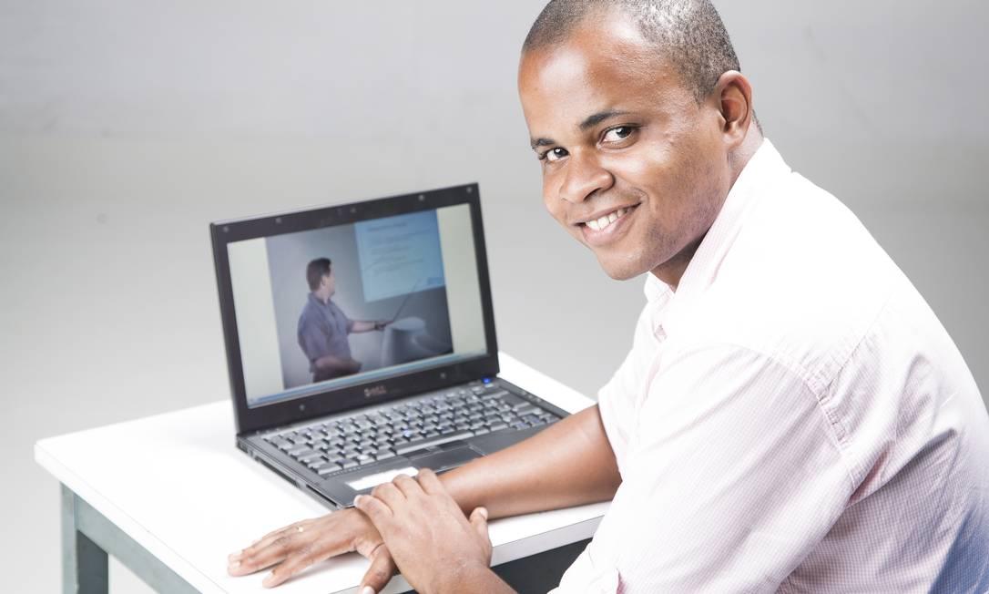 Henrique Mendonca, de 24 anos, faz Sistemas de Computação à distância pela UFF e já conseguiu dois estágios em multinacionais Foto: Leo Martins