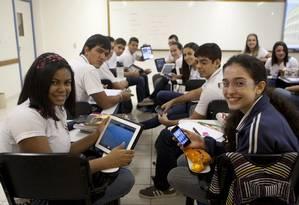 Alunos do colégio Notre-Dame, no Recereio, são liberados para usar celulares e tablets como ferramentas de estudo em sala de aula Foto: Eduardo Naddar