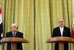 Ministros Walid Muallem, da Síria, e Ali Akbar Salehi, do Irã, criticam apoio dos EUA a rebeldes durante conferência em Teerã Foto: ATTA KENARE / AFP