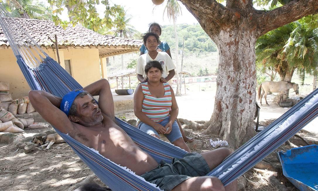José Amaro Martins, a mulher e as duas filhas (em pé) no assentamento Pirauíra, em Pernambuco: família vive com R$ 134 do Bolsa Família Foto: Hans von Manteuffel