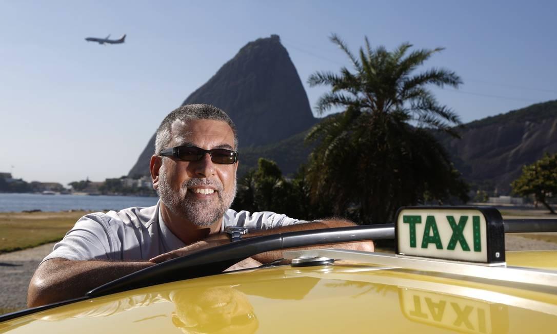 O taxista Roberto de Carvalho fez curso de inglês e pratica o idioma vendo filmes sem legenda de olho na clientela estrangeira que chegará na cidade para os grandes eventos Foto: Agência O Globo / Fábio Rossi