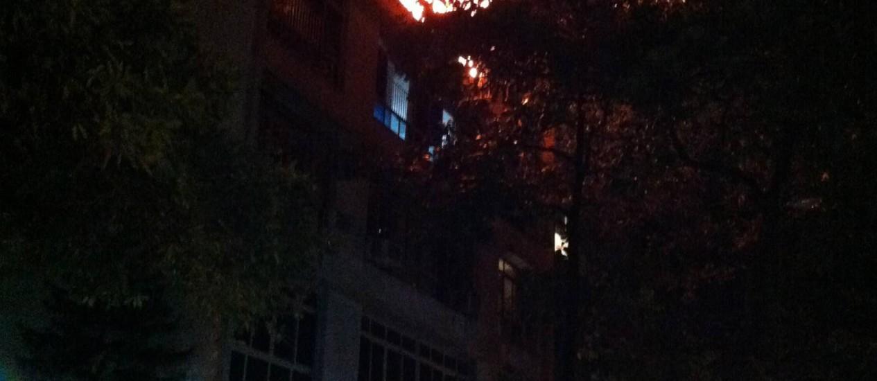 Chamas tomam conta de apartamento na Rua General Venâncio Flores, no Leblon Foto: Clara Passi