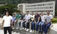 O estudante do IME Rafael Augusto e seus colegas auxiliam alunos de um cursinho comunitário
