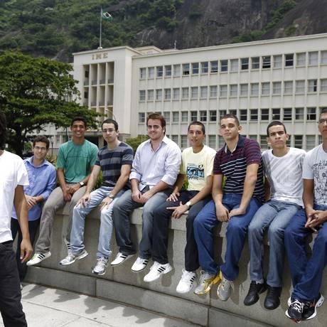 O estudante do IME Rafael Augusto e seus colegas auxiliam alunos de um cursinho comunitário Foto: Fabio Rossi / Agência O Globo