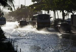 A Avenida Vieira Souto alagada na manhã desta segunda-feira Foto: Fernando Quevedo / Agência O Globo