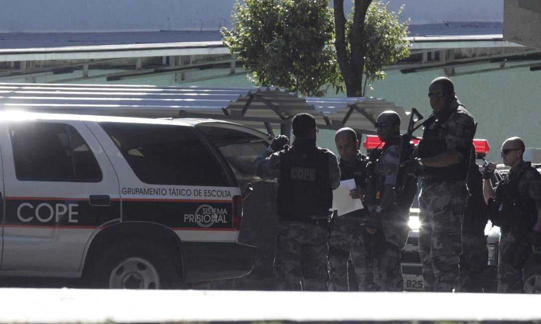 Carros da polícia que trouxeram o goleiro Bruno para o julgamento no Fórum de Contagem Foto: Fabiano Rocha / Agência O Globo