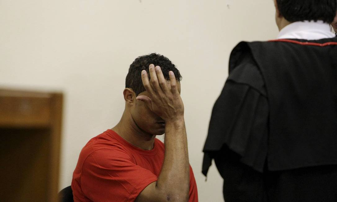 O goleiro Bruno chora no primeiro dia de seu julgamento, no Fórum de Contagem Foto: Fabiano Rocha / Agência O Globo