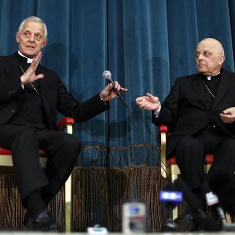 Quebrando o silêncio. O cardeal Francis George, à direita, com o colega Donald Wuerl Foto: ALESSANDRO BIANCHI/REUTERS