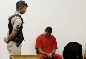 De cabeça baixa, o goleiro Bruno aguarda a retomada do seu julgamento no Fórum de Contagem Foto: Fabiano Rocha / Agência O Globo