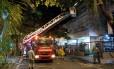 Socorro. A escada Magirus do quartel de Copacabana em frente ao prédio no Leblon: as vítimas se jogaram da janela do apartamento do quarto andar para fugir das chamas