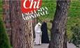 """Na foto da revista """"Chi"""", Bento XVI aparece caminhando em Castelgandolfo"""