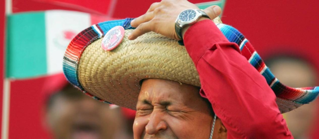 Chavez usa um sombrero mexicano durante um comício em Caracas, na Venezuela Foto: Fernando Llano / AP