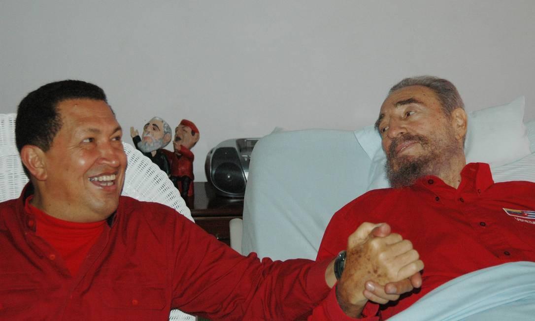 Enquanto Fidel se recuperava de uma cirurgia em 2006, Chávez foi visitá-lo em Cuba Foto: AP