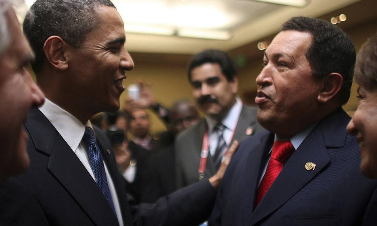 O presidente dos Estados Unidos Barack Obama cumprimenta Hugo Chávez na 5ª Cúpula das Américas em 2009 Foto: Divulgação / REUTERS