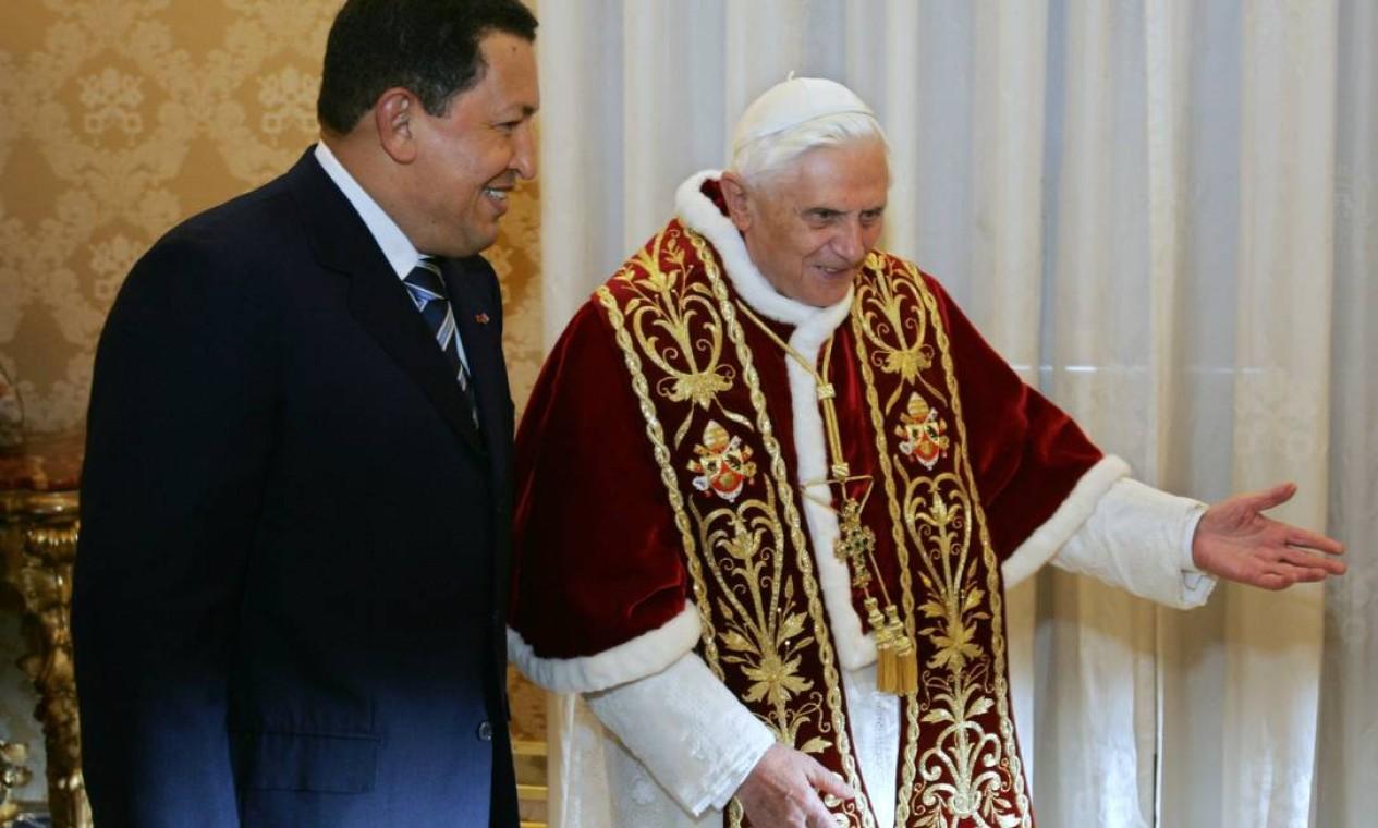 Durante uma audiência privada no Vaticano, Chávez encontra o papa Bento XVI em 2006 Foto: ALBERTO PIZZOLI / AFP