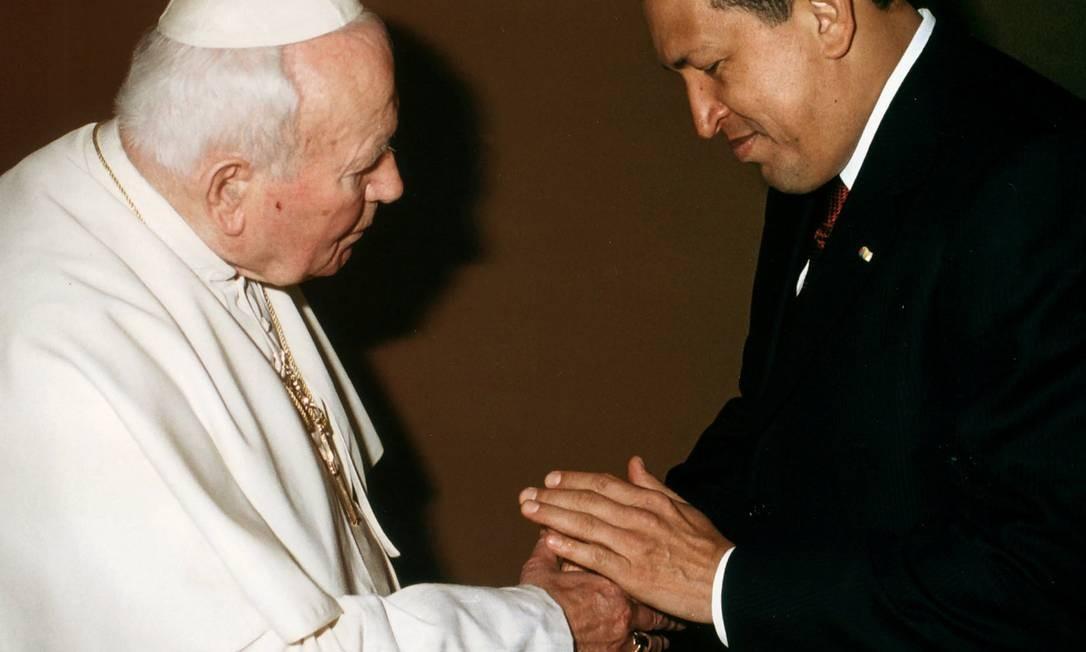 Em 2001, Chávez pediu uma audiência privada com o Papa João Paulo II no Vaticano Foto: Arturo Mari / AP