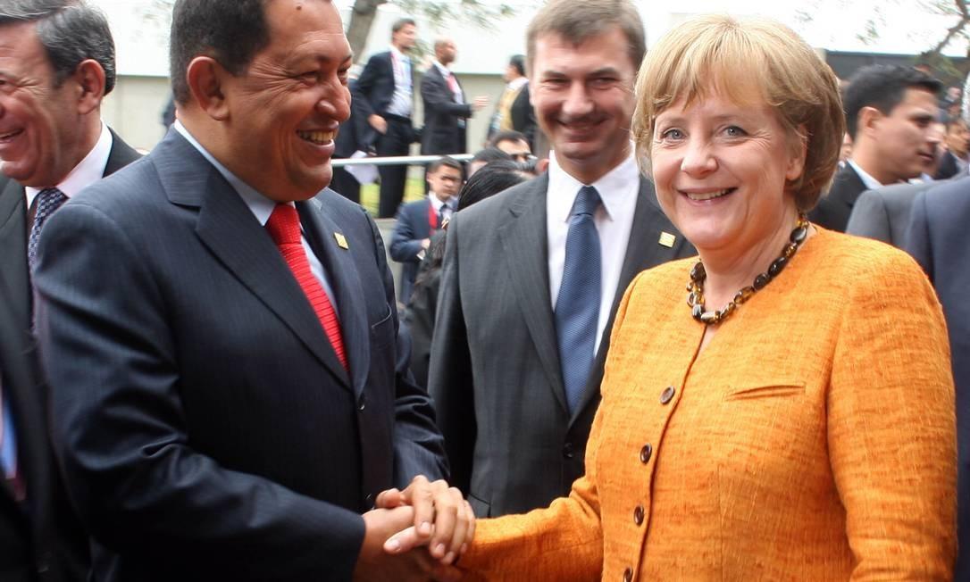 A chanceler da Alemanha Angela Merkel cumprimentou Chávez durante reunião em Lima em 2008 Foto: Juan Carlos Solorzano / AP