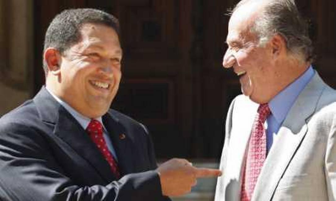 O rei da Espanha, Juan Carlos, chegou a pedir que Chávez calasse a boca durante a cúpula Ibero-americana em 2007, em Santiago. O venezuelano pediu direitos autorais pela frase, acrescentando que o rei deveria pedir desculpas a Caracas. Em 2008, um reencontro amigável entre os dois Foto: Dani Cardona / REUTERS