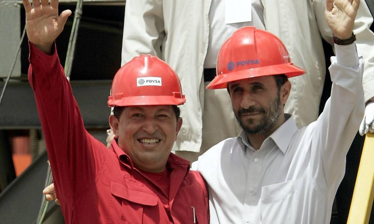 Em 2006, o presidente iraniano Mahmoud Ahmadinejad visitou a Venezuela e participou da inauguração de uma plataforma de petróleo Foto: Fernando Llano / AP