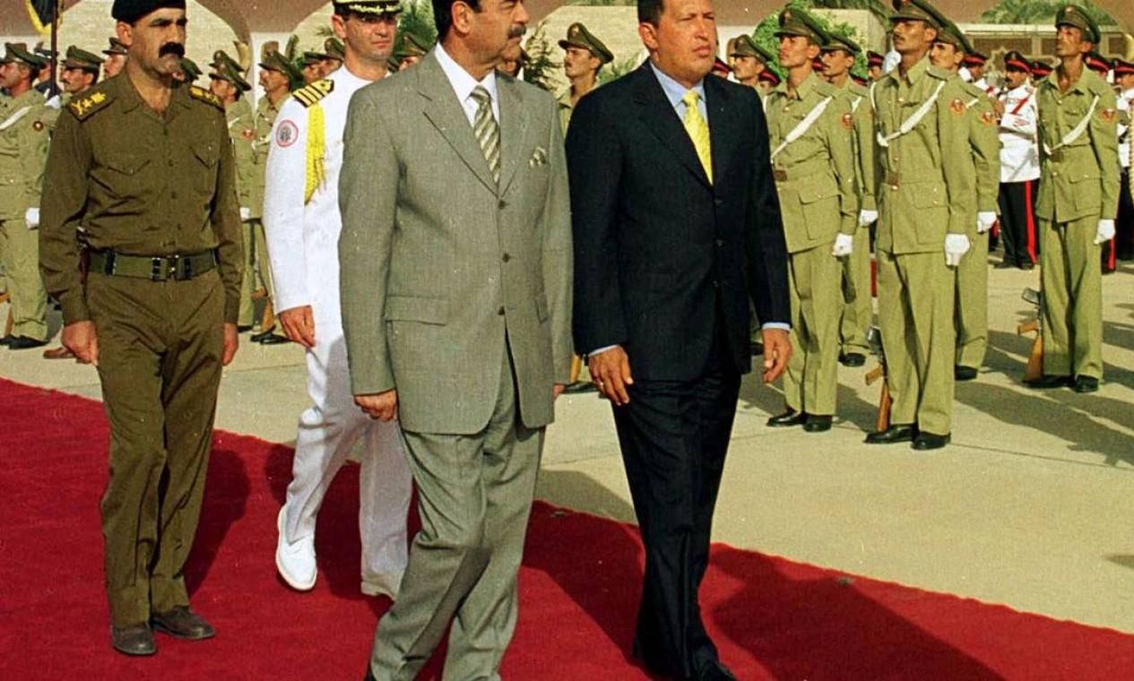No ano 2000, Chávez visitou o então presidente do Iraque Saddam Hussein. Na foto, o iraquiano recebe Chávez no aeroporto de Bagdá Foto: AP