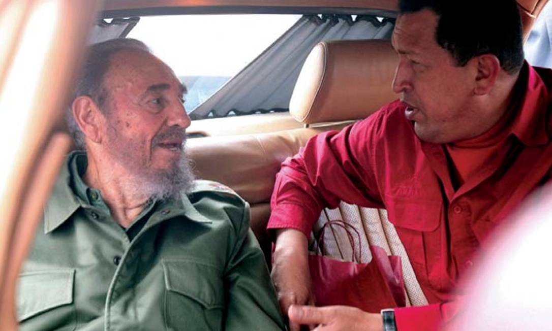 O líder cubano Fidel Castro era uma grande referência de Hugo Chávez. Na foto de 2006, uma visita do venezuelano à cidade de Córdoba onde viveu Che Guevara Foto: AP