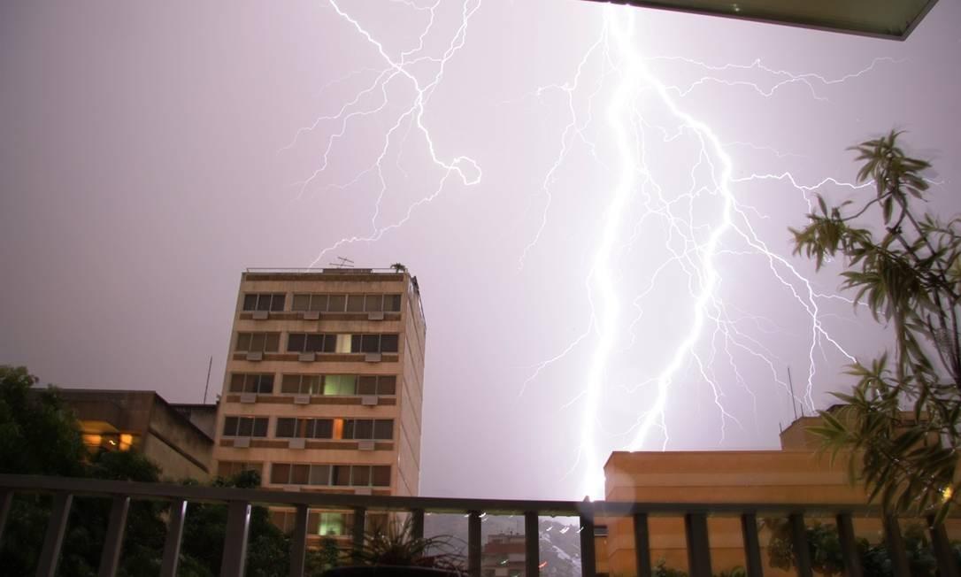 A tempestade vista da esquina das ruas General Espirito Santo Cardoso com Doutro Otavio Kelly, na Tijuca Foto: Foto do leitor Marcos Estrella