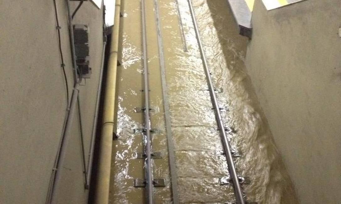 Água barrenta inunda os trilhos do metrô na estação Saens Pena Foto: Reprodução do Facebook de Marcela Vasconcelos