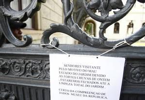 Cartaz avisa que o Palácio do Catete está fechado para a visitação após o temporal desta terça Foto: Pablo Jacob / O Globo