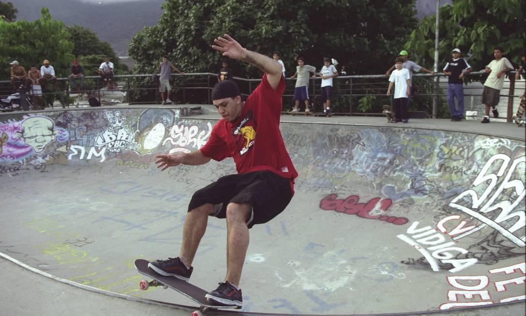 Chorão anda de skate na Lagoa, no Rio, em 2001 Marco Antônio Cavalcanti / Agência O Globo