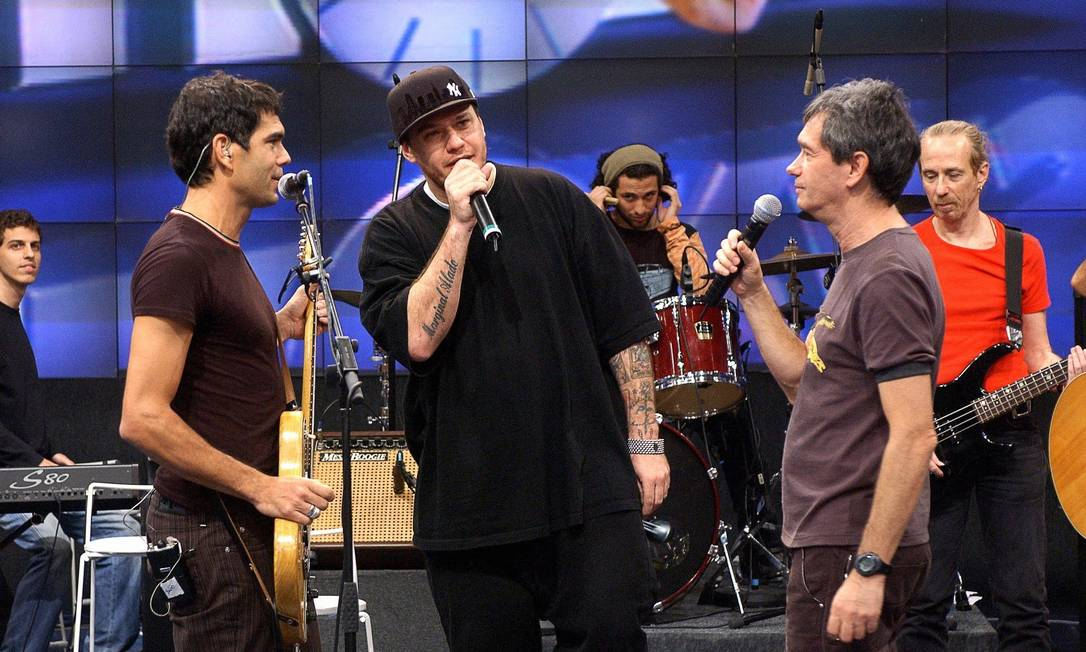 Ao lado de Serginho Groismann e Dado Villa-Lobos na homenagem ao músico Renato Russo exibida no programa 'Altas horas', em 2006 José Paulo Cardeal / TV Globo