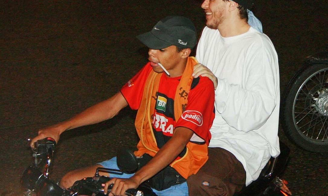Em foto de 2007, Chorão visitou a favela da Rocinha e subiu as ruas da comunidade de mototáxi Gabriel Reis / Agência O Globo
