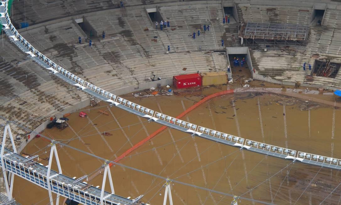 O estádio do Maracanã alagado após as chuvas desta terça-feira Foto: Genilson Araújo / Agência O Globo