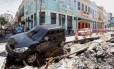 Rastro de destruição na quarta-feira: carro cai em buraco de obra na Rua dos Inválidos, no Centro